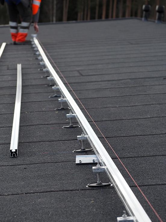 Aurinkosähköjärjestelmän toiminnan takaa sopiva kiinnitysjärjestelmä