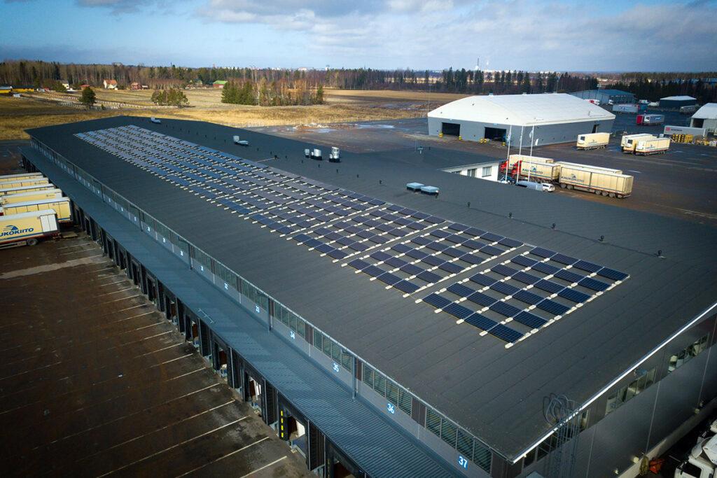 Auramaa Oy:n aurinkosähköjärjestelmä Porissa elintarviketerminaalin katolla